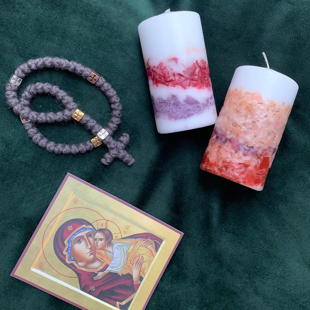 Šventinės žvakės su rožančiumi